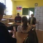 Mikuláš Dzurinda počas diskusie so študentami