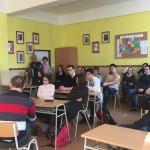 Študenti gymnázia počas diskusie